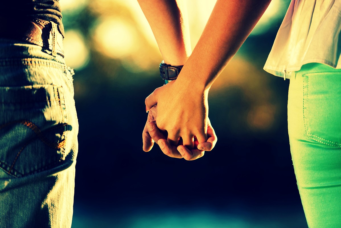 Cute-Couple-Holding-Hands-Wallpapers